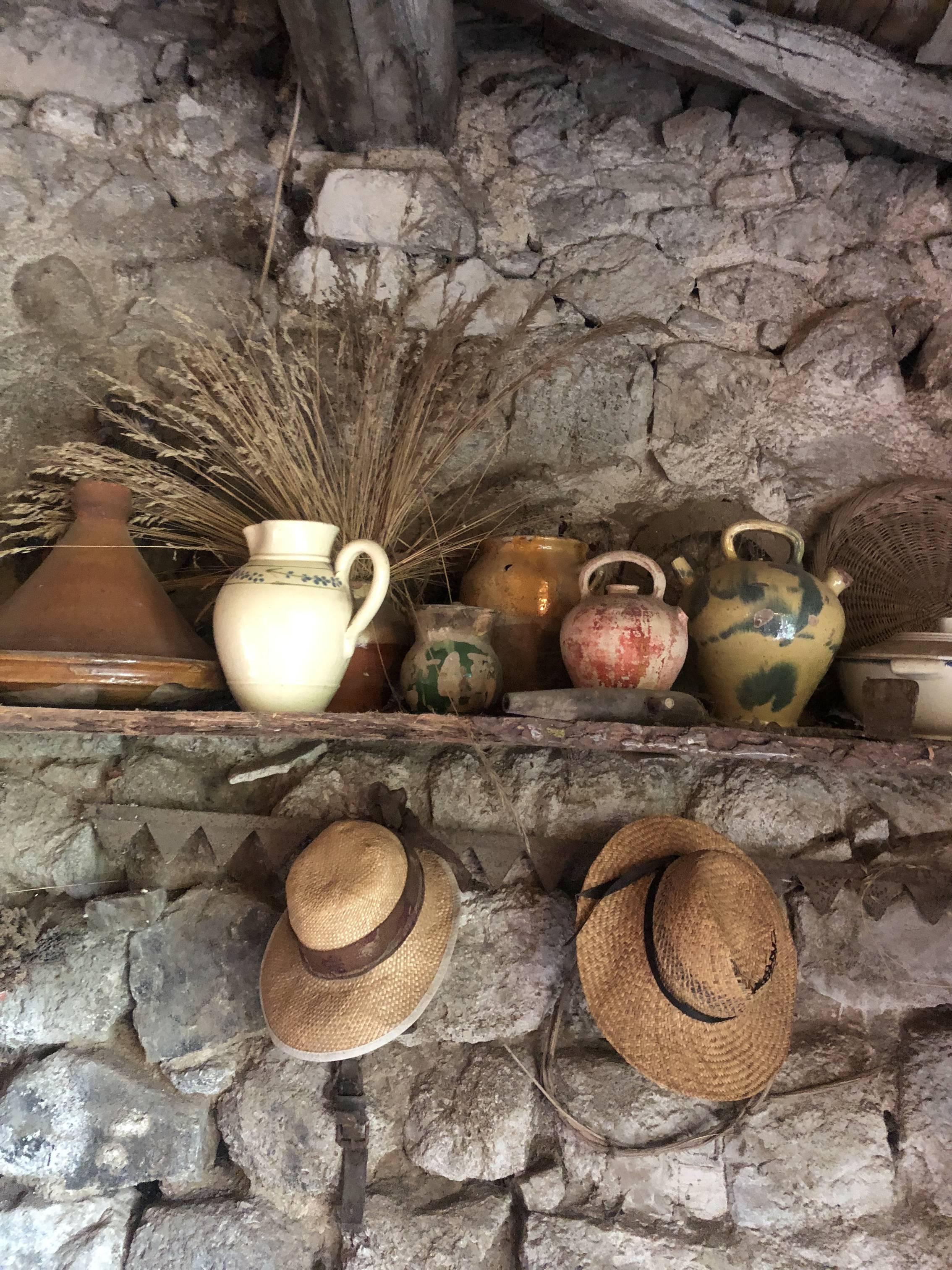 Décor maison ardéchoise avec chapeaux et cruches
